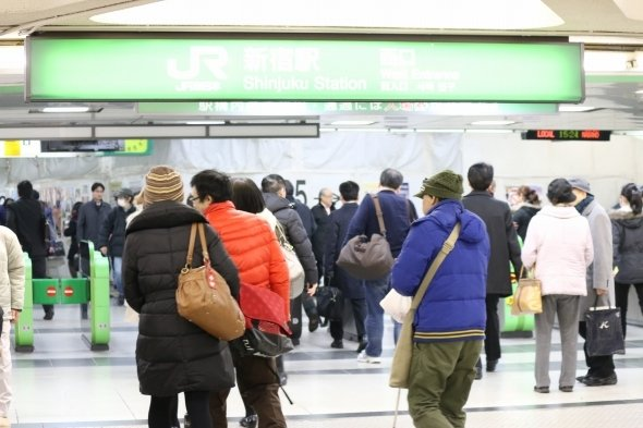 多くの人が行きかう新宿駅西口改札