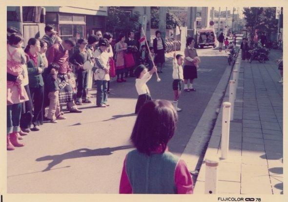1978年11月3日、玉川寺のパレードの様子。撮影場所は二子玉川小学校の周辺(作者:二子玉川商店街振興組合、Wikimedia Commonsより、CC BY-SA 4.0)