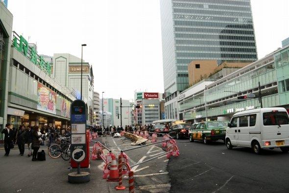 駅前路上ではタクシーを拾えなくなる(左:新宿駅南口、右:バスタ新宿)