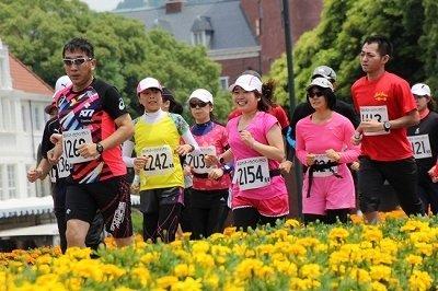バラに包まれたマラソンコース