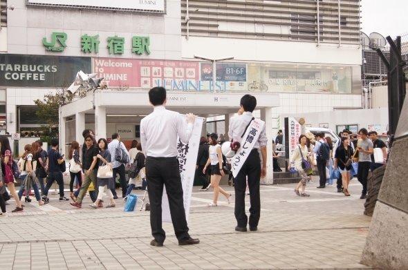 23日、新宿駅東口での街頭演説。終了後、数人から激励の言葉をかけられていた