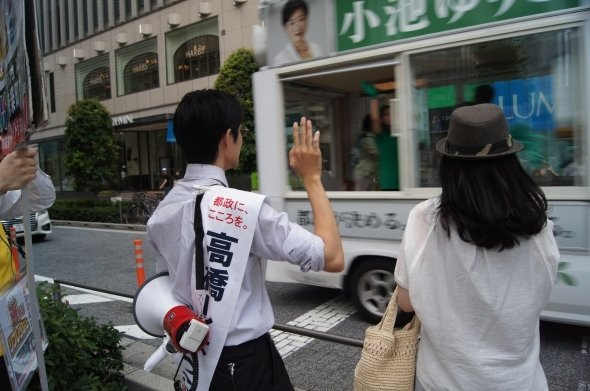 通り過ぎる瞬間、無言で高橋さんは手を振った
