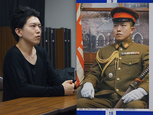 異色の候補者、後藤輝樹さん(7月24日撮影)。右はその選挙ポスター