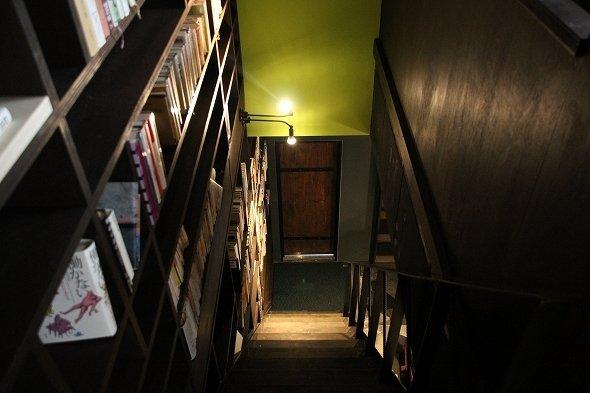 階段脇にも本棚