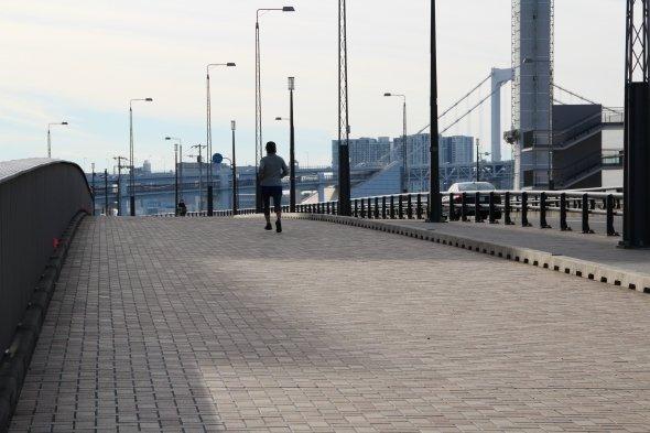 ジョギングを楽しんでいるらしき通行人