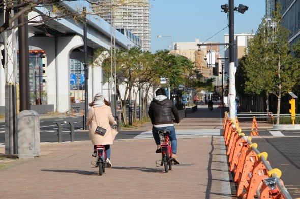 レンタサイクルで散策中らしき男女