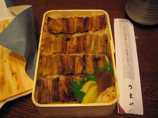 うえのの「あなごめし」弁当(Claponさん撮影、Wikimedia Commonsより)