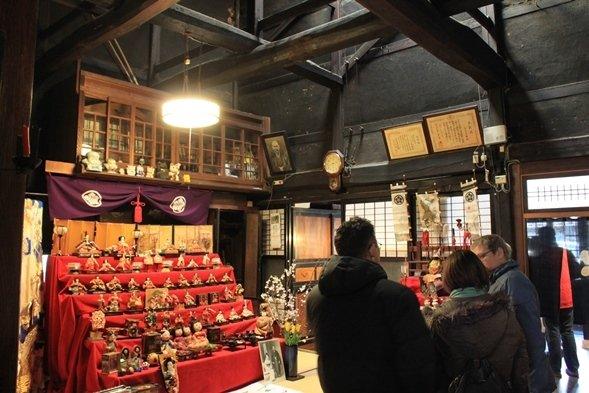 「人形さま巡り」でにぎわう、村上市の山上染物店(画像提供:むらかみ町屋再生プロジェクト)