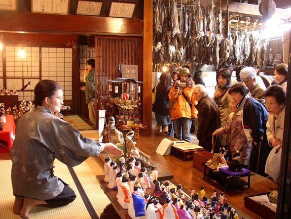 代々伝わる人形を展示し、観光客に披露する「町屋の人形さま巡り」(画像提供:むらかみ町屋再生プロジェクト)