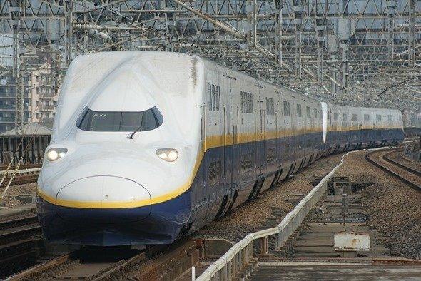 JR東日本E4系新幹線電車、2編成併結16両編成(Sui-setzさん撮影、Wikimedia Commonsより)