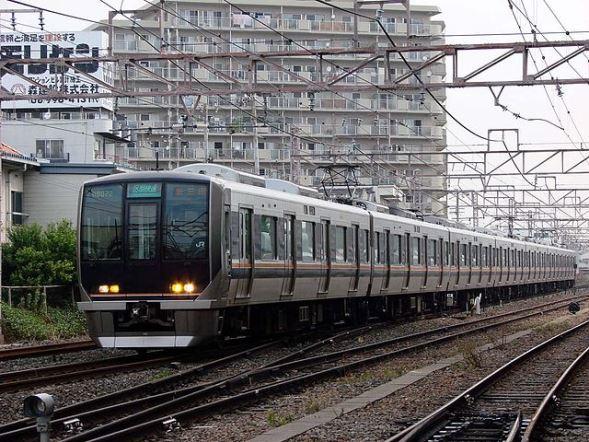 JR西日本321系電車(w0746203-1さん撮影、Wikimedia Commonsより)