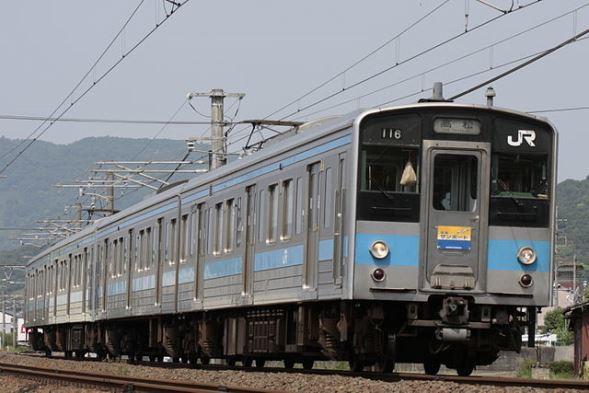 JR四国 121系電車(kazusanさん撮影、Wikimedia Commonsより)