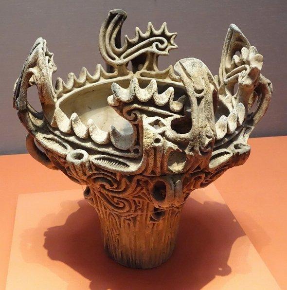 長岡市の馬高遺跡で出土した火焔型土器(Daderotさん撮影、Wikimedia Commonsから)