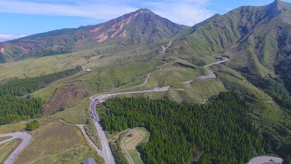 池の窪の牧野よりドローンで撮影した阿蘇南登山道(写真は「南阿蘇の力」Facebookページより)