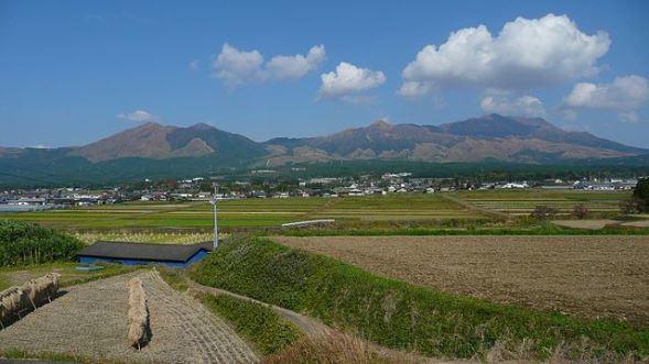 南阿蘇村から見た阿蘇山(Sanjoさん撮影、Wikimedia Commonsより)