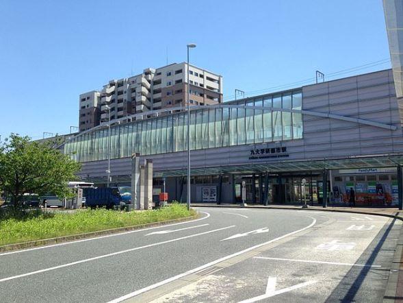 九大学研都市駅駅舎(そらみみさん撮影、Wikimedia Commonsより)