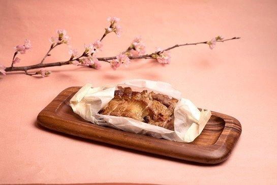 「知床鶏と桜の葉の紙包み焼き」