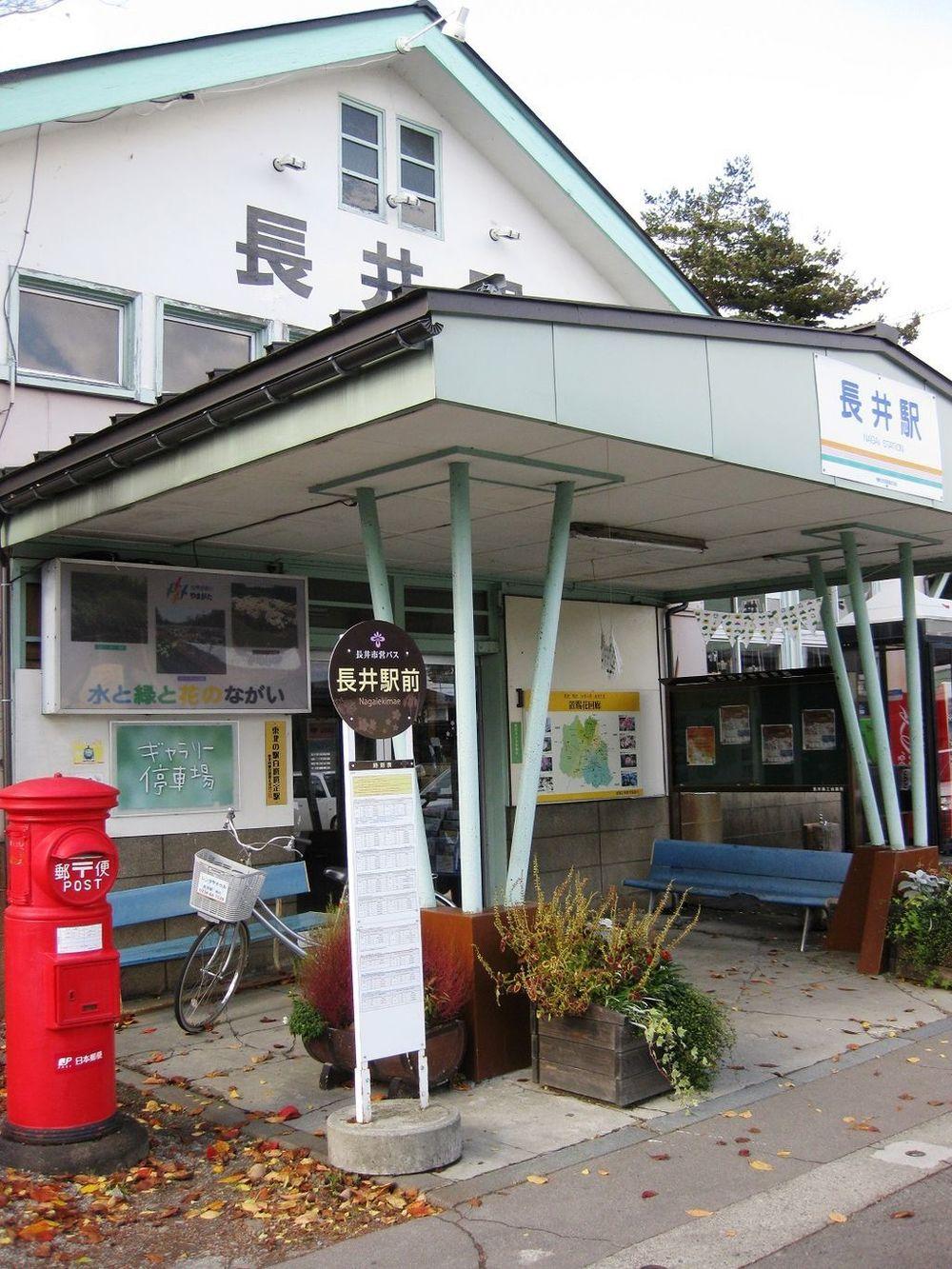 フラワー長井線の長井駅(Quu72さん撮影、Wikimedia Commonsから)