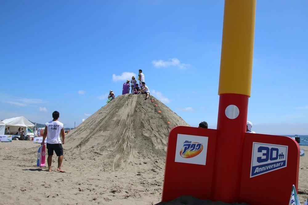 (写真右)砂山と同じ、高さ4メートルの「ギガシャベル」