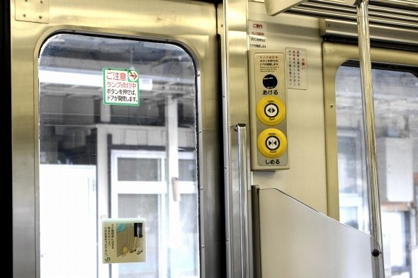 電車内でドアにスマホが引き込まれ...(写真はイメージ)