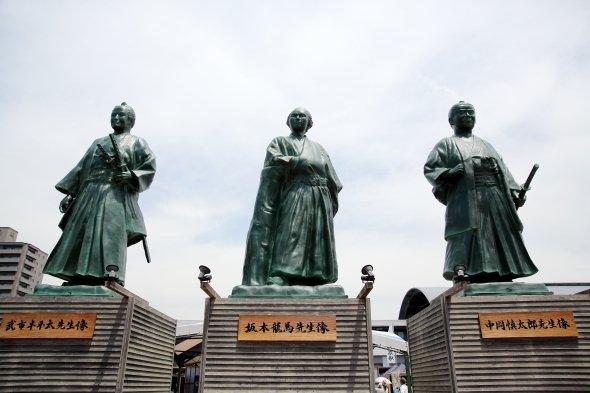 JR高知駅前の広場にある3志士像