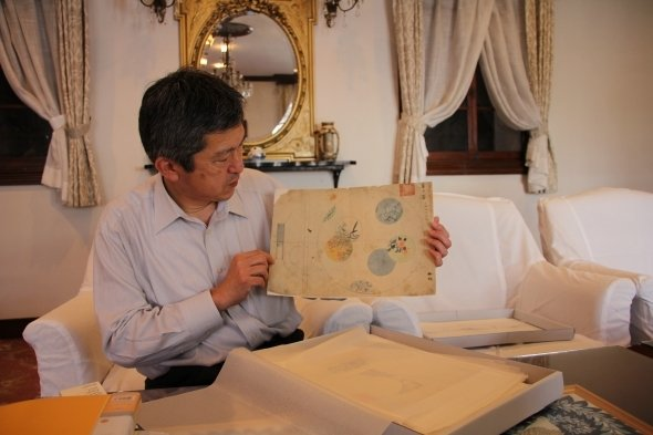 当時のデザイン画を紹介する、香蘭社の森知巳総務課次長