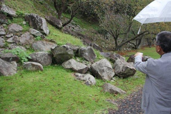 石垣は破壊されている(右は、佐賀県立名護屋城博物館の松尾法博さん)