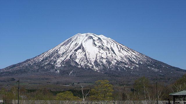 羊蹄山(Ogaさん撮影、Wikimedia Commonsより)