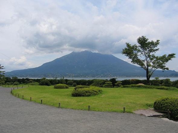 仙巌園から見た桜島(Snap55さん撮影、Wikimedia Commonsより)