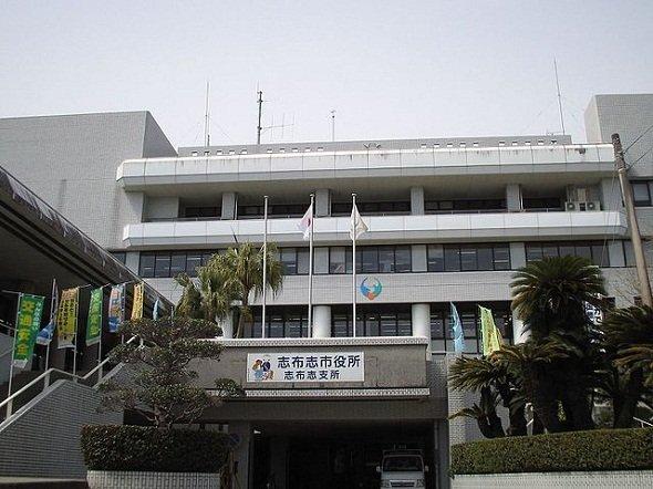 志布志市志布志町志布志の志布志市役所志布志支所(Sanjoさん撮影、Wikimedia Commonsより)