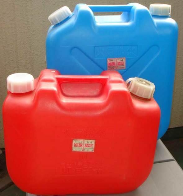 赤と青の灯油用ポリタンク(橄欖岩さん撮影、Wikipedia日本語版より)