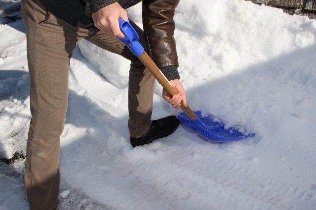 雪かきは重労働(画像はイメージ)