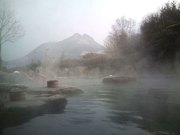 大分県の由布院温泉。露天風呂から由布岳を望む(Yasuhiroさん撮影、Wikimedia Commonsより)