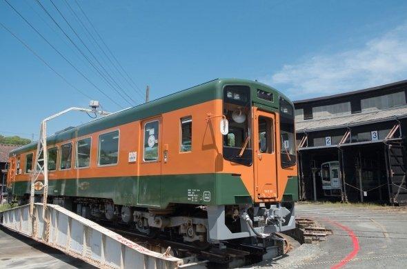 オレンジ色と緑色のラッピング車両(画像提供:天竜浜名湖鉄道)