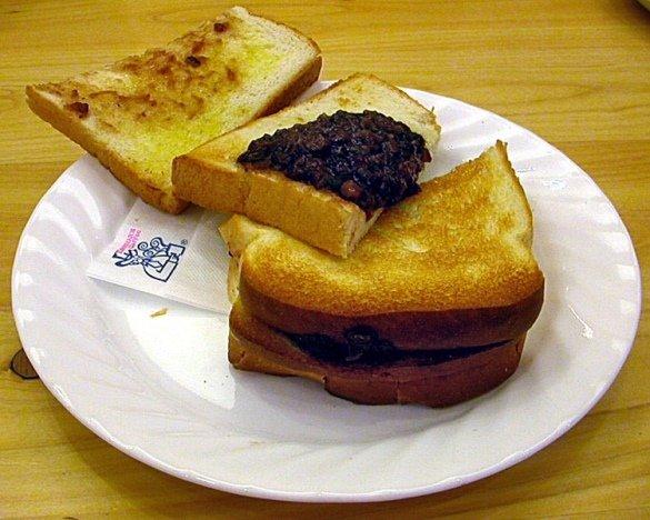 コメダ珈琲店の人気メニュー「小倉トースト」(小太刀さん撮影、Wikimedia Commonsより)