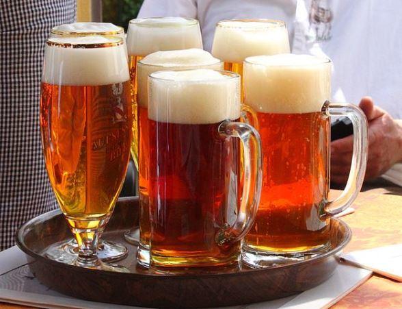 ドイツの生ビール(Benreisさん撮影、Wikimedia Commonsより)