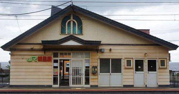 朝里駅の駅舎(Mister0124さん撮影、Wikimedia Commonsより)