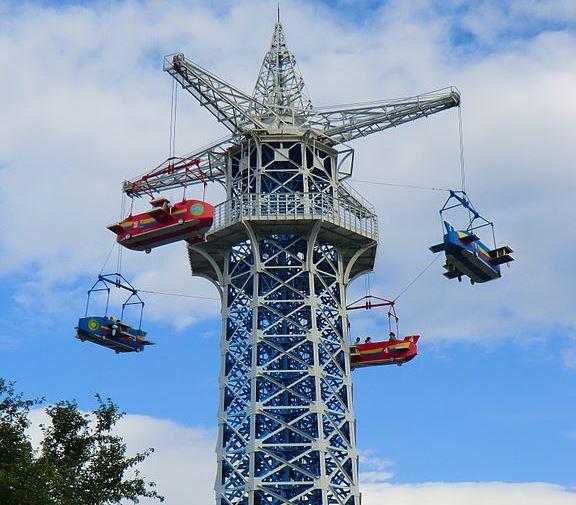 生駒山上遊園地の飛行塔(8-hachiroさん 2014年撮影、Wikimedia Commonsより)