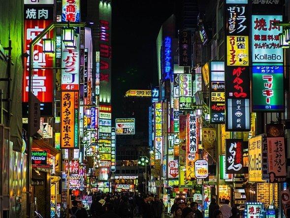 新宿・歌舞伎町の夜景(Joon Kyu Parkさん撮影、Wikimedia Commonsより)