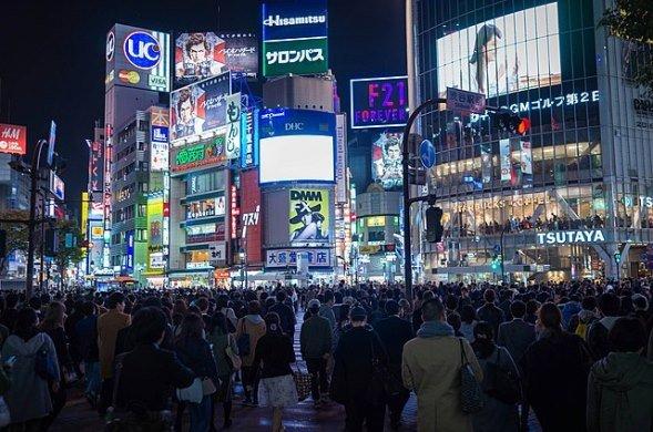 渋谷駅前夜景(Takuya Matsuyamaさん撮影、Wikimedia Commonsより)
