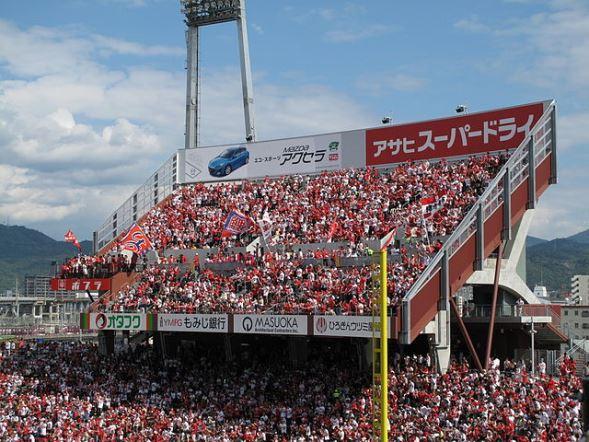 MAZDA Zoom-Zoom スタジアム広島のライトスタンド上に設けられた、カープパフォーマンスシート(HKT3012さん撮影、Wikimedia Commonsより)
