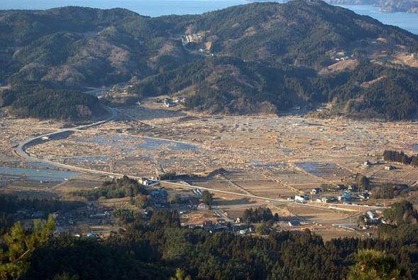 津波によって破壊された岩手県陸前高田市小友町(Mitsukuni Satoさん撮影、Wikimedia Commonsより)