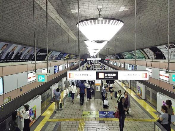 現在の心斎橋駅プラットホーム(L26さん撮影、Wikimedia Commonsより)