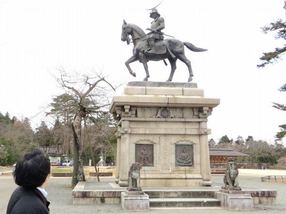 騎馬像を見上げるK編集長