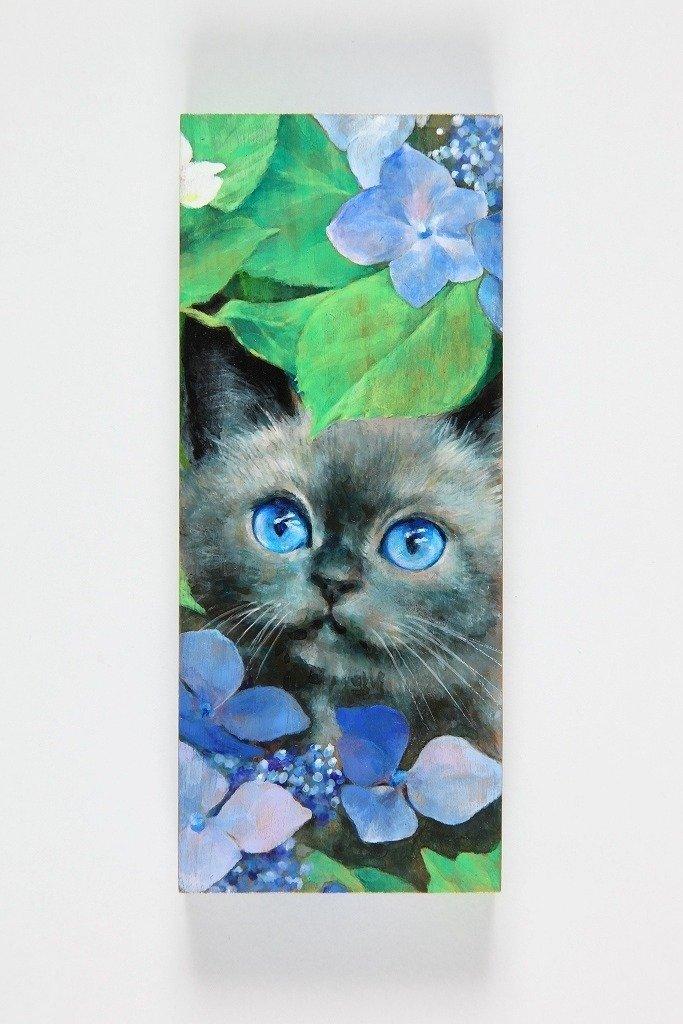 写実的なさくらんぼ、つぶらな瞳のネコ… でも、そのキャンバスは「かまぼこ板」!
