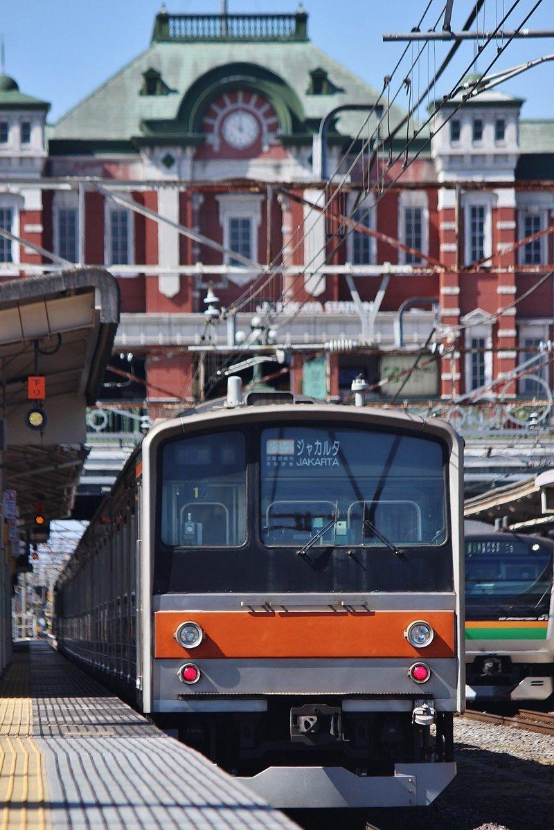 深谷駅の駅舎をバックにした205 系の電車。行き先表示は、「ジャカルタ」だ(写真は、◇はや◇@Hachiko110DCさん提供)