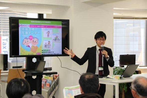 北九州市の医療・介護政策を説明する青木さん