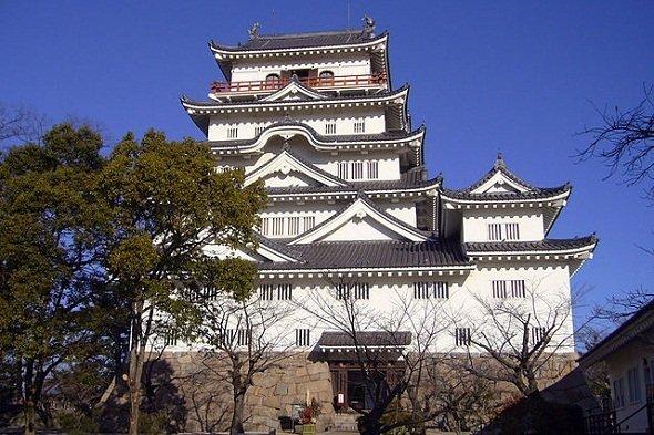駅の北側にある福山城の敷地はかなり広大(663highlandさん撮影, Wikimedia Commonsより)