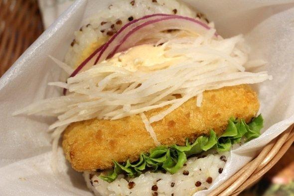 台湾で期間限定販売されている「ライスバーガー『明太子サーモン』」。茶褐色の粒がキヌア。