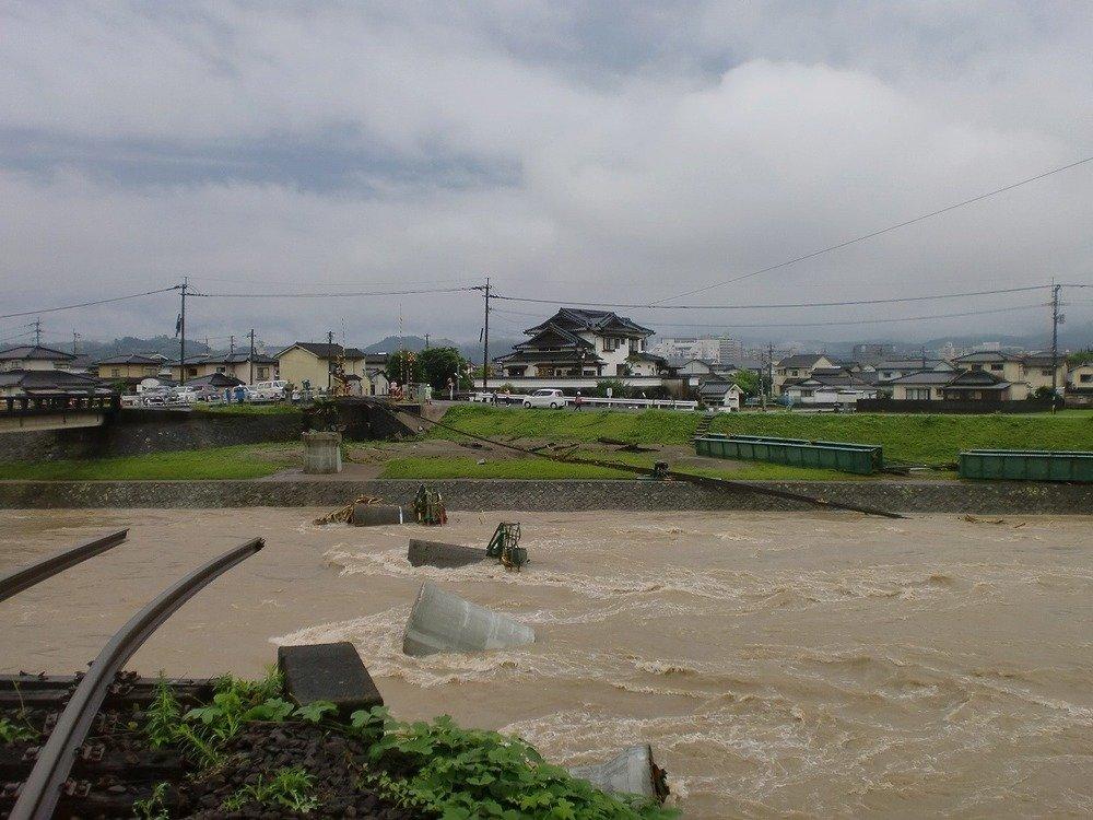 当時の被害の様子。線路が折れ、橋梁が跡形もなくなっていることがわかる
